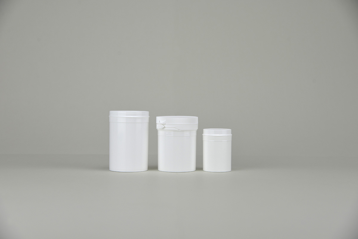Pots blancs en plastique